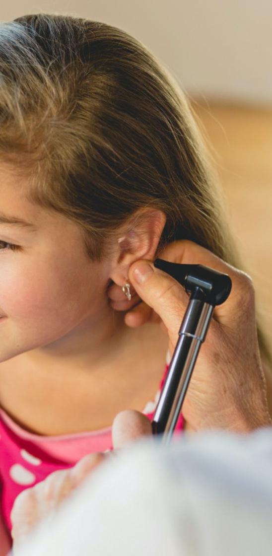 助听器具有各种先进的性能帮助有听力损失的人士更好的聆听。但助听器有一定的聆听距离,对音频信号的处理也更容易受到干扰。所以在一些特定的环境中(比如上课、开会、演讲、)以及经常聆听音频(比如接打手机,看电视,看视频,语音聊天、听音乐)使用助听器时,常常需要使用一些附件来提高聆听效果。